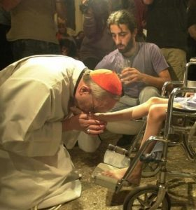 bergoglio-kissing-feet